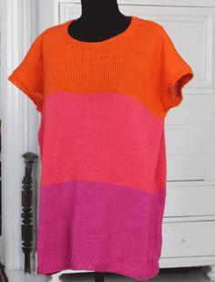 Blusen er både løs i faconen og løst strikket, så den er let og luftig. Brug den på en lun dag uden noget under og på en kølig dag med en T-shirt under. Den strikkes i det smukkeste, blanke merceriserede bomuldsgarn