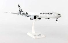 Hogan Wings 1:200 Air New Zealand Boeing 777-300ER New Colors, with Landing Gear, Reg. ZK-OKR