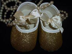 "Sapatinhos de festa ""Glitters"" Tamanhos: 0-6 e 6-12 meses  Ouro - Preço 13€ (com portes incluidos para Portugal) Portugal, Pearl Earrings, Pearls, Jewelry, Party Shoes, Sequins, Gold, Pearl Studs, Jewlery"