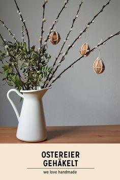 Eine hübsche Deko-Idee zum Selbermachen! Wir zeigen euch, wie ihr Ostereier kreativ gestalten könnt. Mehr dazu am Blog! #Ostern #DIY #Häkeln Diys, Glass Vase, Easter, Blog, Home Decor, Fast Crochet, Diy Crochet, Decorating Ideas, Make Your Own