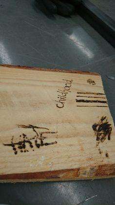 5.kokeilu: polttokynällä erilaisten pintojen ja tekstien kokeilua puulle. Tarkoitus hyödyntää teoksen pohjapuussa lasinsirujen ohella kuvastamaan Marjukan polttavan karua lapsuutta. Oikeassa reunassa näkyy vankilan kaltereiden tapaista kuviointia, joka symboloi Marjukan lapsuutta vankilana. Kuvioinnin idea, eli yksinkertaisen kuvion toistuvuus eri kokoisina/paksuisina kuvioina, toteuttaa samankaltaista ideaa kuin Oiva Toikan Kastehelmi-sarjan kuviointi.