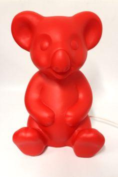 Dekolampe, Koala Bär in der Farbe Rot der Fa. Heico Abmessung ca. H=33,5 cm B=23 cm T=19,5 cm Beleuchtung 230 V 50 Hz E14 max 10 Watt CE Kabel Weiß Neuware, Lieferung ohne Leuchtmittel !