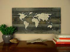 ♢ Habe die ganze Welt an deiner Wand!  ♢ Sehr gerne fertige ich auch individuelle Wünsche bezüglich Farbe, Motiv und Größe an.   • • • • • • • • • • • • • • • • • • • • • • • • • • • • • • • • • •  W A S • D U • E R H Ä L T S T  ♢ originale, alte Holzlatten mit ♢ dem Motiv der Weltkarte aus ♢ schwarzen Nägeln und ♢ beiger Wolle.  ♢ Für diese Weltkarte wurden mehrere alte, gebrauchte Holzlatten zurecht geschnitten und auf der Rückseite mit Holzplatten fixiert.  ♢ Dieses rustikale Bild im…