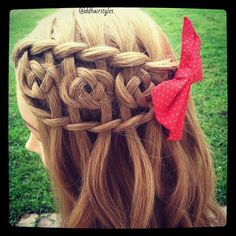 So pretty, I know how to do that knot thing (not sure what it's called) and a waterfall braid so I could do this!