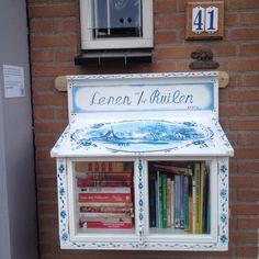 Aan de Roothaertstraat 41 is de eerste minibieb in Deurne te vinden. Een burgerinitiatief van Anné Munsters bij de sluiting van de officiele bibliotheek in deze plaats.