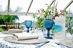 Decoração de casamento por Acervo Sto Antonio. Casamento na praia de Camburi, SP. #casamento #casamentonapraia #wedding #cerimonia #acervostoantonio #festadecasamento #centrodemesa #sousplat
