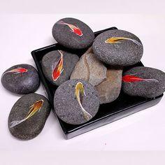 飾り方が、問題である。 石に描かれた金魚たちは、描き手を離れ飾り手の感性の中を、泳ぎだす。