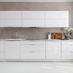 Valkoinen keittiö mikrosementtiseinällä Kitchen Furniture, Kitchen Dining, Kitchen Cabinets, Japanese Interior Design, Minimalist Home, Built Ins, Decoration, Cool Kitchens, Sweet Home