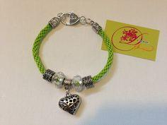 photo (17) pulsera Kumihimo verde chatre y con corazón plateado.