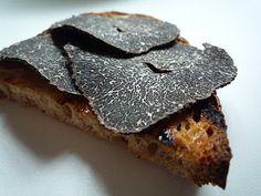 Rien de plus simple un pain de campagne grillé un peu de beurre truffé un émincé de truffe fleur de sel.  http://www.france-caviar.com/truffe-noire
