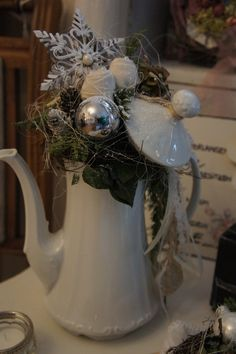 A magically beautiful old coffee pot in which all sorts of lovely things ., magically beautiful old coffee pot in which all sorts of lovely things from the Advent season can be found . A magically nostalgic decoration wit. Christmas Is Coming, Winter Christmas, Christmas Home, Christmas Wreaths, Christmas Ornaments, Christmas Centerpieces, Xmas Decorations, Art Floral Noel, Christmas Information