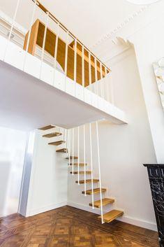 Modèle phare de la gamme d'escaliers JOA, le modèle Up se décline à souhaits suivant votre espace et vos envies. Son design allie légèreté, sécurité et résistance. Constitué d'acier et de bois, l'escalier Up joue avec la lumière, sait se rendre discret, tout en devenant une pièce maîtresse de votre intérieur. Droit, quart tournant, avec une passerelle intermédiaire, les options sont multiples. Les longues suspentes en acier peuvent se prolonger à l'étage pour créer un garde corps sur-mesure.