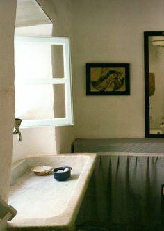 K4, salle de bain: lavabo qui fait aussi évier (pas de cuisine), long et sous la fenêtre