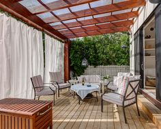 terrassen-ideen garten holz überdachung sitzgelegenheiten gardinen sichtschutz