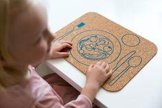 Korkové prestieranie s motívom Zeleninka je čisto prírodný produkt, ktorý učí deti, kam patrí tanier, príbor a pohár. A navyše maľovaný motív im pomáha spoznávať jednotlivé druhy zeleninky. Montessori