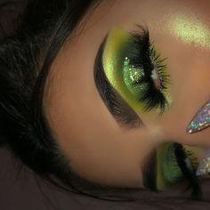 37 Astonishing Green Eye Makeup Ideas To Looks More Pretty Now - Baddie Makeup, Glam Makeup, Skin Makeup, Eyeshadow Makeup, Makeup Inspo, Makeup Art, Makeup Inspiration, Green Eyeshadow, Makeup Ideas
