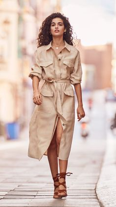 For a modern take on a classic trend, utility themes are refreshed with a minimalistic palette of white and tan to lend a new lightness. Classy Outfits, Chic Outfits, Summer Outfits, Look Fashion, Korean Fashion, Womens Fashion, Fashion Design, Safari Look, Mode Kawaii