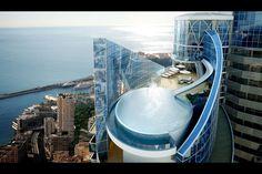 L'appartement le plus cher du monde n'est pas à Paris, Londres, Hong-Kong ou Dubaï mais bien à Monaco, sur ce petit bout de rocher de 2,02 kilomètres carrés. Construit sur plusieurs niveaux, cet incroyable bien immobilier a de quoi faire rêver: piscine extérieure sur le toit, piscine intérieure, spa, salle de sport, terrasse avec vue sur la méditerranée, cuisine, salles de bain en marbre et chambres plus grandes qu'un studio en ville… Pour s'offrir cet appartement de 3300 mètres carrés situé…