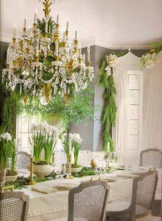 beautiful table...Love paper whites....wouldn't use them on the diningtable though...the scent is too strong.......Picture of Elegance Blog: Holiday Inspirations