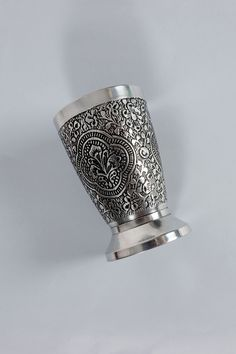 Add depth to your bathroom with this henna metal soap dispenser. Available in a soap dispenser, bath tumbler and soap dish. Accessories Shop, Bathroom Accessories, Wooden Hangers, Soap Dispenser, Bedding Shop, Henna, Tumbler, Metal, Silver