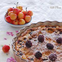 Clafoutis de moras y cerezas blancas. Receta sin gluten ni lactosa