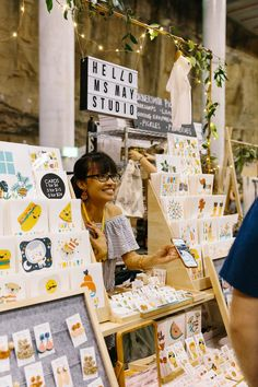 Craft, Style, and Inspiration: Craft Fair Do's and Don'ts Craft Stall Display, Market Stall Display, Craft Fair Displays, Market Displays, Market Stalls, Display Ideas, Vendor Booth, Craft Stalls, Artist Alley