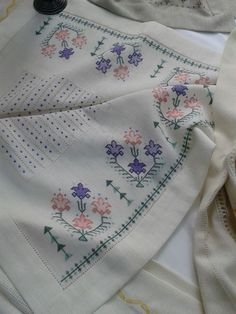 This post was discovered by Fatma Akmanşen. Discover (and save!) your own Posts on Unirazi. Cutwork Embroidery, Cross Stitch Embroidery, Embroidery Patterns, Cross Stitch Borders, Cross Stitch Patterns, Cross Stitches, Chicken Scratch, Bargello, Needlepoint