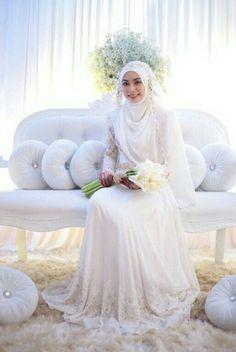 Menikah dibalut kesederhanaan gaun putih, apalagi dengan hijab syar'i. Berani tampil beda