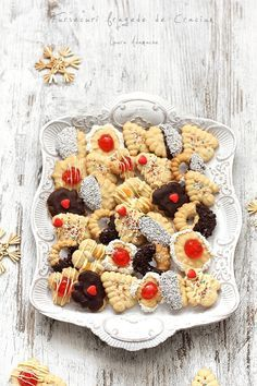 Fursecuri fragede de Craciun detaliu platou Romanian Desserts, Cupcakes, Cheese Party, Biscotti, Sweet Treats, Deserts, Sorbet, Food And Drink, Dessert Recipes