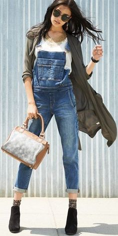 Overall good style.I love overalls Denim Jumpsuit, Denim Overalls, Jumpsuit Outfit, Denim Jeans, Casual Fall Outfits, Cute Outfits, Estilo Jeans, Denim Fashion, Womens Fashion
