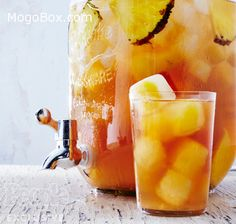 Trisha Yearwood's Pineapple Iced Tea Will Be Your New Drink of Summer Trisha Yearwoods Ananas-Eistee Fruit Drinks, Smoothie Drinks, Non Alcoholic Drinks, Healthy Drinks, Smoothies, Cocktails, Healthy Food, Summer Beverages, Cold Drinks