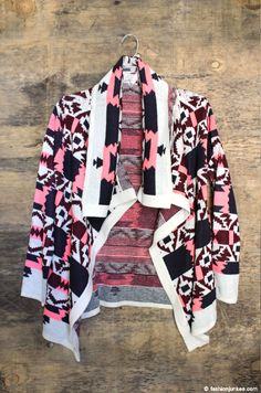 This boho chic cardigan will be your go-to sweater all season. Very functional and warm - but also super stylish. Geometric, tribal aztec print in the perfect combination of colors. Tribal Print Cardigan, Cardigans, Sweaters, Open Cardigan, Sweater Jacket, Boho Chic, Kimono Top, Trending Outfits, Stylish