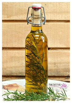You know that rosemary infused olive oil they serve at those fancy restaurants? The one with the fresh rosemary in the pretty bottle? How wonderful would it be to make it at home? It's easier than you think! Rosemary Infused Olive Oil Recipe, Rosemary Recipes, Flavored Olive Oil, Flavored Oils, Infused Oils, Herb Recipes, Rosemary Ideas, Olive Oil Favors, Olive Oil Bottles