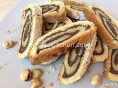Il rotolo di pasta frolla alla nutella è un dolce goloso. Una fragrante pasta frolla farcita con crema alla nocciola o nutella.