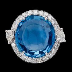 RING, ljus blå fasettslipad safir, 8.67 ct, briljantslipade diamanter 0.87 ct. Cert GRS.  18k vitguld. St 17/54.
