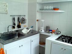 La cocina viene equipada con estufa, lavaplatos, nevera, horno microondas, utensilios de cocina.