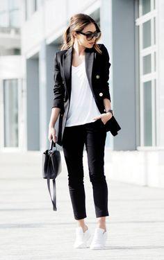 Adorei este look Pb casual chic: calça e blazer preto, t-shirt e tênis branco!