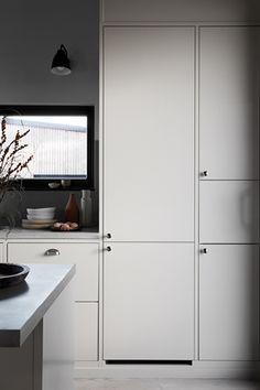 Köksinspiration - vackert kök med köksö i köksluckan Bistro och färgen Ostronbeige.   Ballingslöv