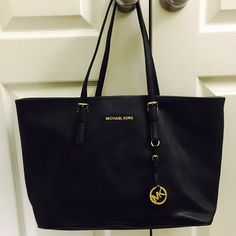 Michael Kors jet set tote large It was barely used and in excellent condition Michael Kors Bags Totes