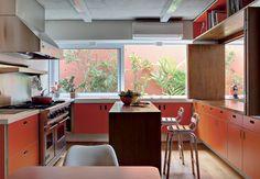 Laminado colorido nos armários  Nichos para livros próximos do teto