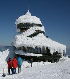 Z obserwatorium na Śnieżce znikną ludzie, a zastąpią ich automaty. http://tvnmeteo.tvn24.pl/informacje-pogoda/polska,28/z-obserwatorium-na-sniezce-znikna-ludzie-a-zastapia-ich-automaty,185784,1,0.html