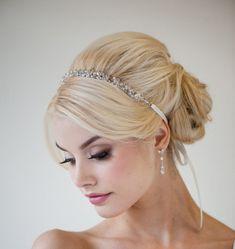 Um coque com volume, natural, e para dar aquele toque especial, uma tiara (faixinha) de pedrarias. Que lindo né?
