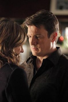 Rick Castle (Nathan Fillion) and Kate Beckett (Stana Katic) are walking in a winter wonderland . to find out who murdered Santa! Castle Abc, Castle Tv Series, Castle Tv Shows, Julie Andrews, Julia Roberts, Stana Katic, Angelina Jolie, Audrey Hepburn, Marilyn Monroe