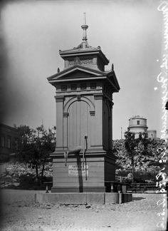 Kaivo, jossa kyltti, joka varoittaa veden olevan terveydelle haitallista. Helsingin kaupunginmuseo A. E. Rosenbröijer 1900.