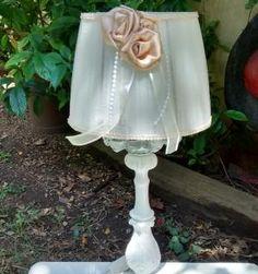 Velador-romantico-con-pantalla-de-tul-natural-con-flores-y-perlas.jpg