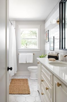 Small Bathroom Renovations 768708230133663201 - Best Bathrooms by Joanna Gaines; Fixer upper's top bathroom renovations by Joanna and chip Gaines! These rustic, country with hints of modern perfection bathrooms are everything Source by Diy Bathroom Remodel, Bathroom Renos, Shower Remodel, Bathroom Remodeling, Bathroom Makeovers, Budget Bathroom, Bathroom Fixer Upper, Remodeling Ideas, Small Bathroom Renovations