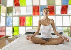 Ten un buen despertar con estas posturas de Yoga en tu cama