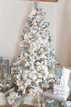 Top 30 Amazing Christmas Tree Designs You Can't Miss Out Rose gold and bush pink flocked Christmas tree; Blue and white Christmas Tree; White Flocked Christmas Tree with Velvet Ribbon; Teal and white Christmas tree. White Flocked Christmas Tree, Elegant Christmas Trees, Christmas Tree Design, Christmas Tree Themes, Beautiful Christmas, Christmas Diy, Decorated Christmas Trees, Christmas Tables, Nordic Christmas