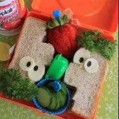 What a cute way to pack your childs lunch! :) Parenting done right!