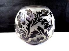 Gros vase boule en pâte de verre, décor de feuillages noirs, déco vintage France